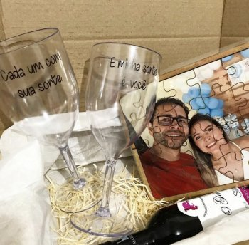 Caixa romântica ( vinho,taças,quebra-cabeça)