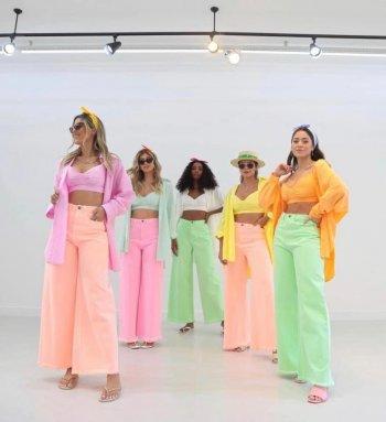 Calça pantalona cropped em sarja neon Salgu